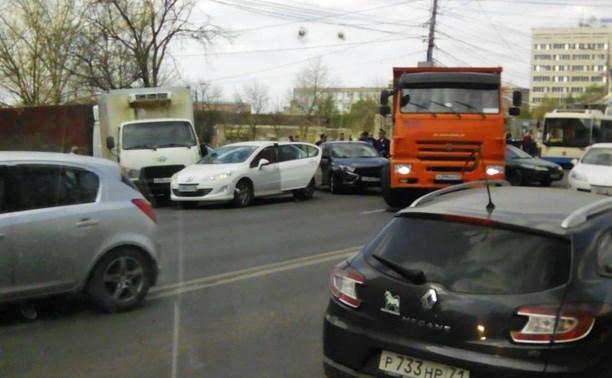 Проспект Ленина замер в пробке из-за ДТП