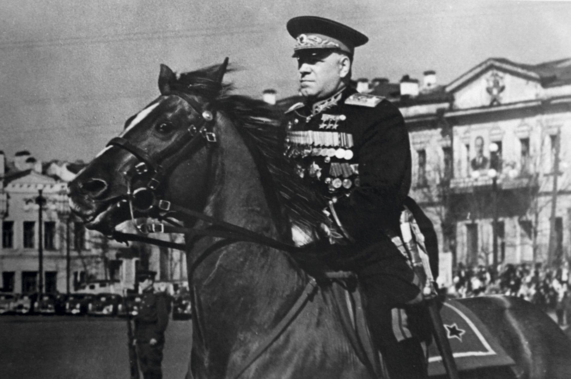 «При Параде»: в Минобороны опубликовали ранее неизвестные фото советских полководцев