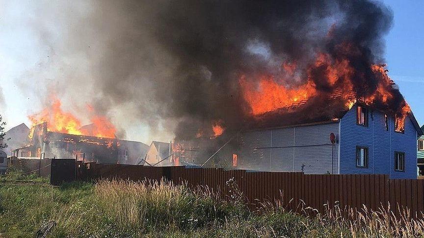 В Кирове из-за сильного ветра обгорели два дома