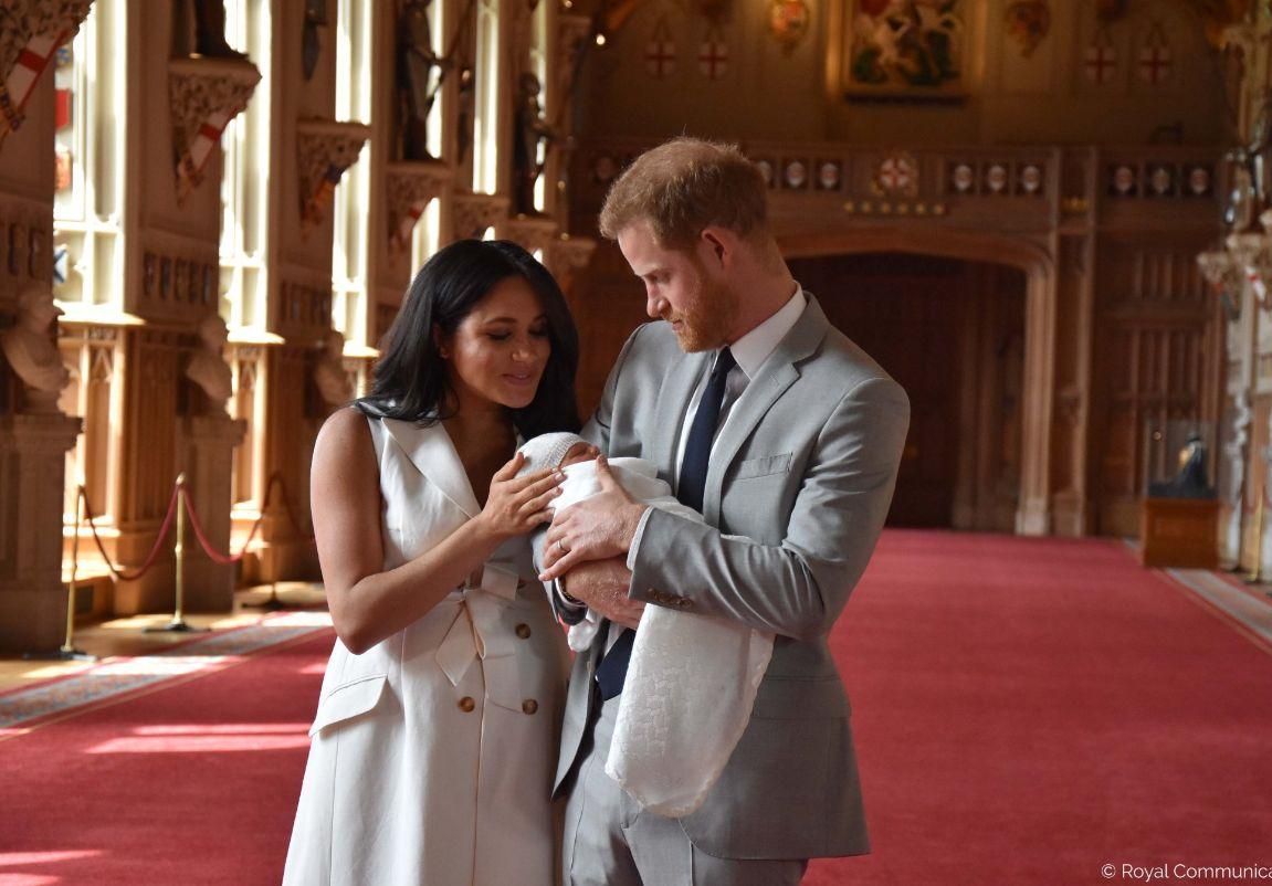 Радиоведущего в Великобритании уволили за расистскую шутку над сыном принца Гарри