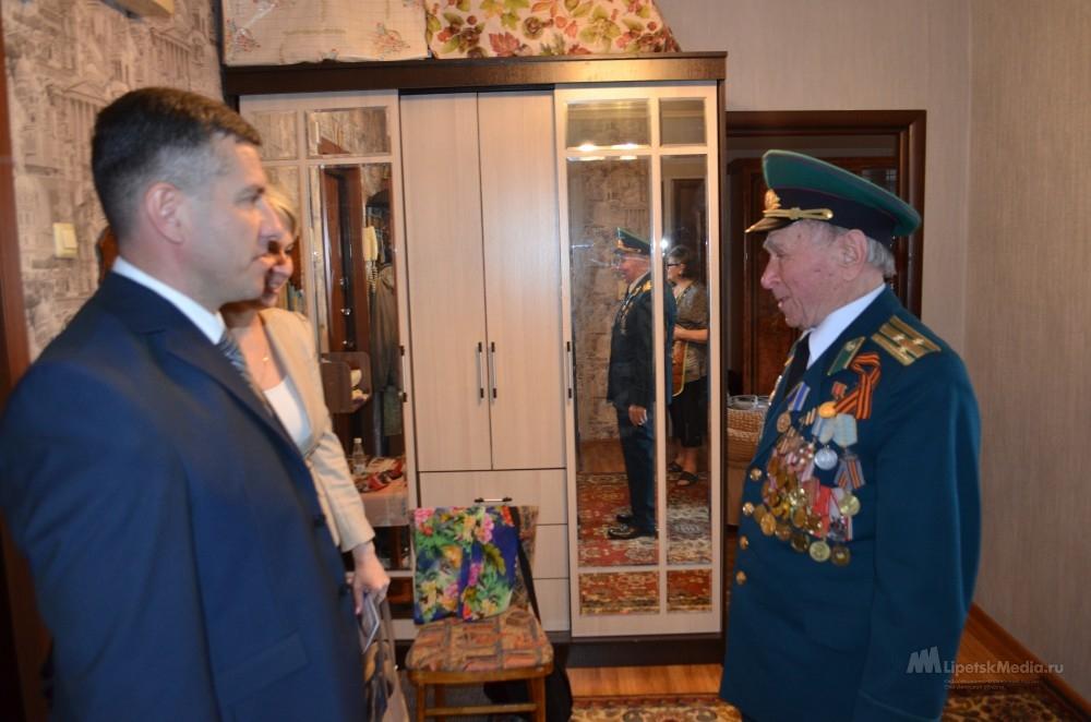 Ветеранов-контрразведчиков поздравили сотрудники липецкого УФСБ
