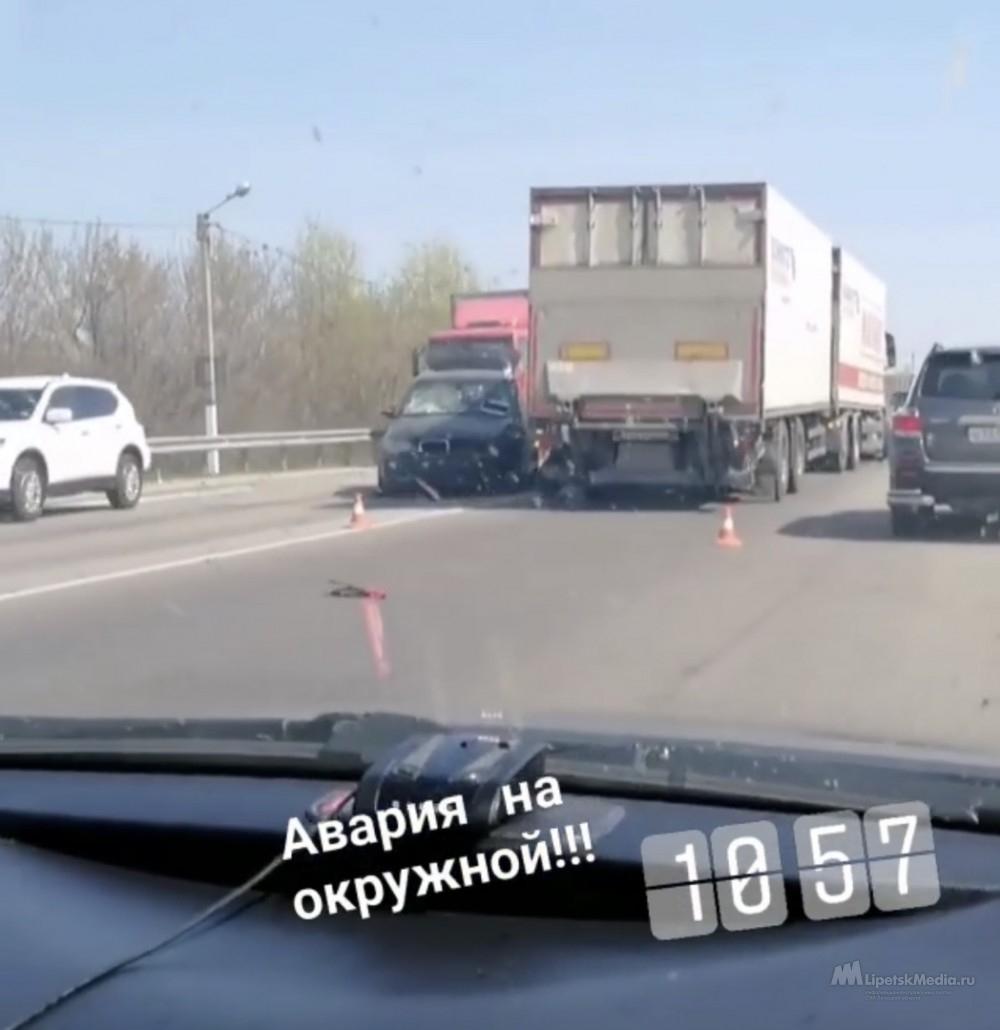 BMW X5 и грузовик перегородили окружную трассу под Липецком (видео, фото)