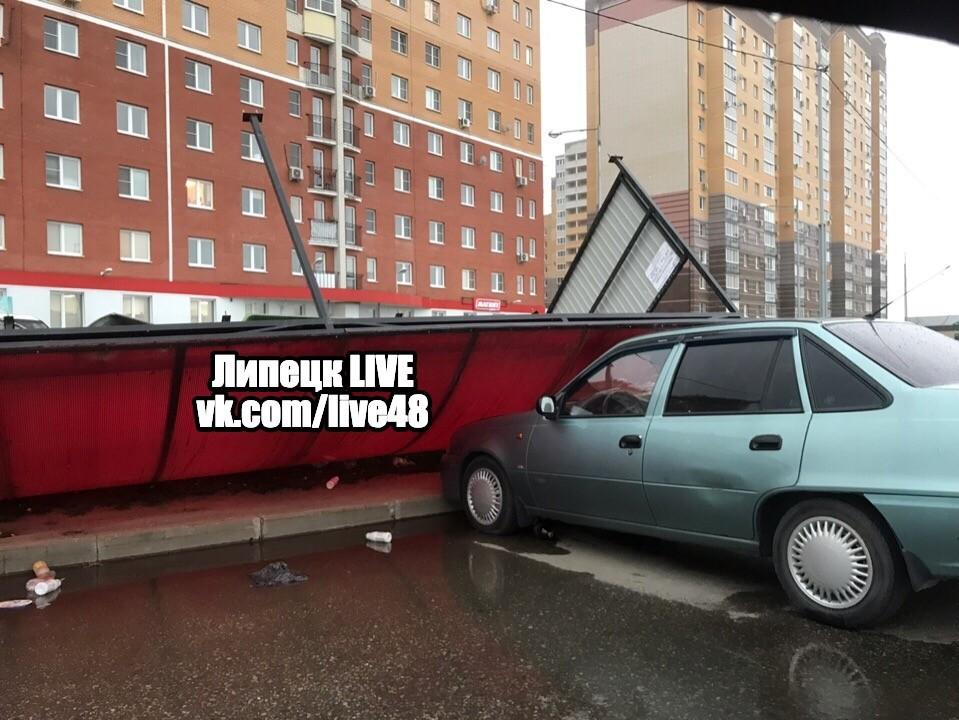В «Университетском» на машину рухнула остановка