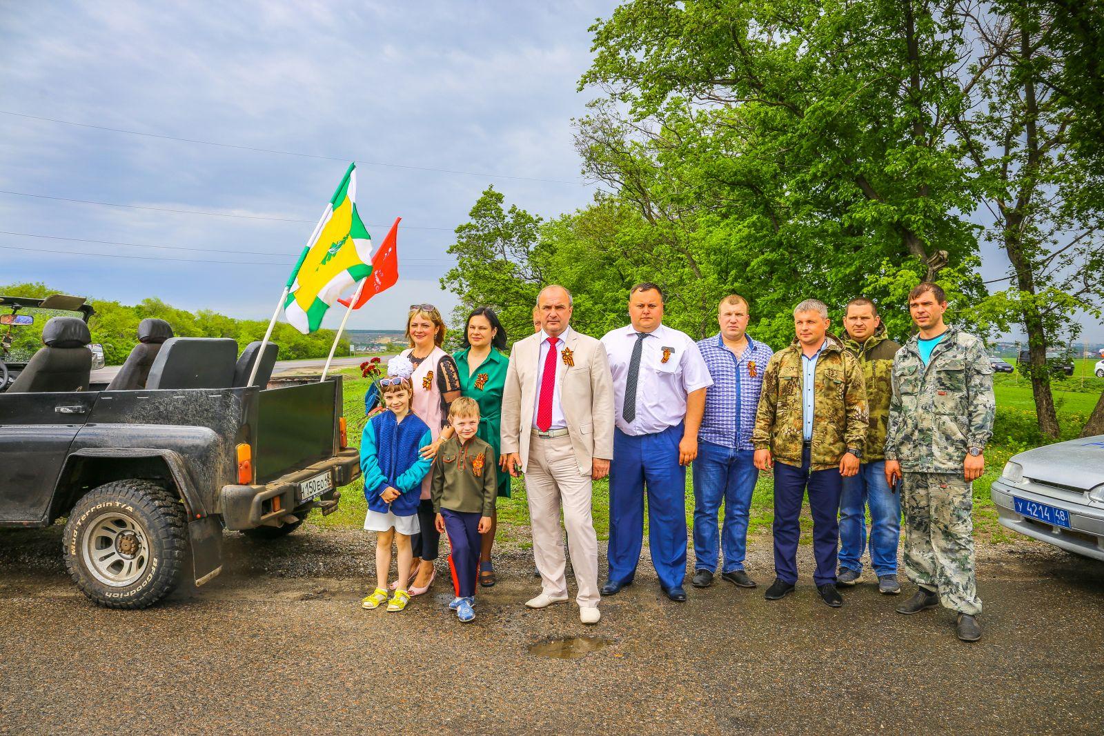 Участники елецкого автопробега посетили одну из крупнейших братских могил региона