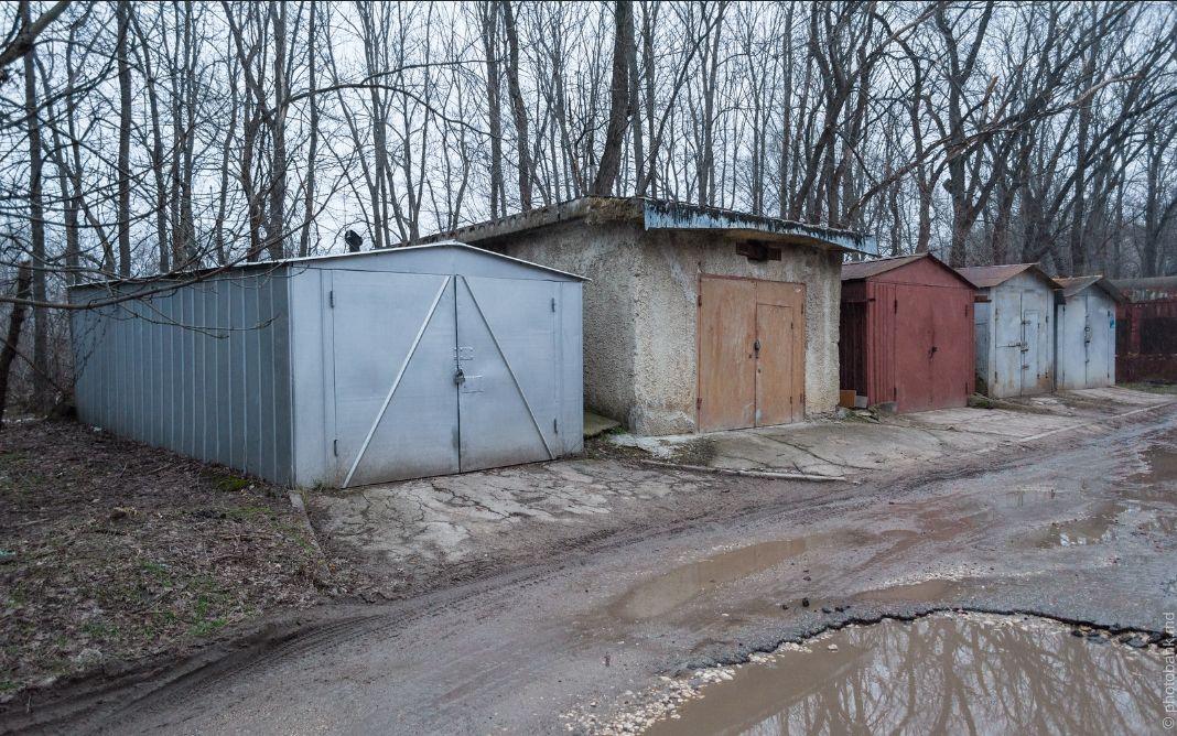 Трое жителей Удмуртии пытались украсть ворота гаража