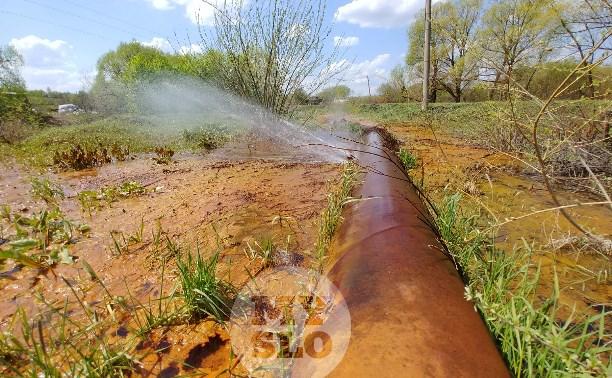 В деревне под Тулой из водопроводной трубы забили девять фонтанов