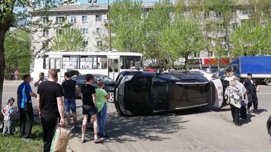 В Кирове в результате ДТП перевернулся внедорожник (ВИДЕО)